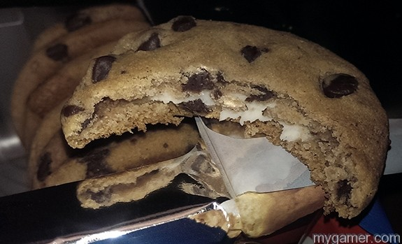 Yup, there is creme in there. Gamer's Gullet - Chewy Chips Ahoy Oreo Crème Filled Review Gamer's Gullet – Chewy Chips Ahoy Oreo Crème Filled Review Chips Ahoy Oreo bite